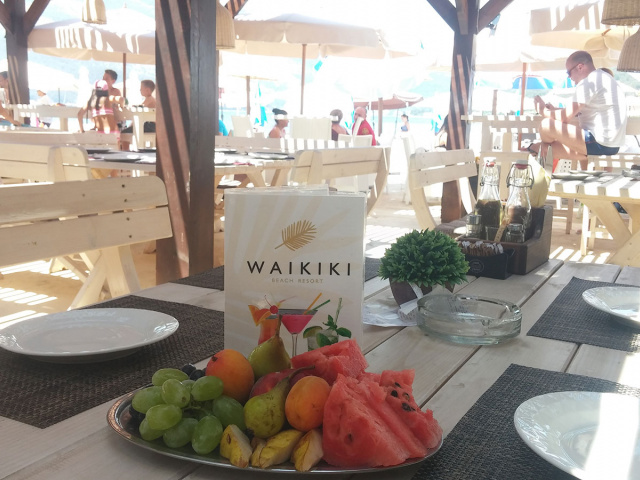 It's time for fruit on the beach!